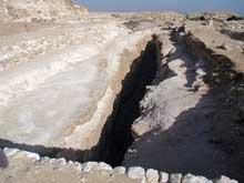 Abou Roash: Pyramide de Djedefrê: fosse à barque sur la face est de la pyramide.  C'est ici que fut découvert le célèbre buste du pharaon. (Site Egypte antique)
