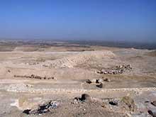 Abou Roash: Pyramide de Djedefrê: vue sur la très longue rampe de la pyramide menant dans la vallée. Elle par de la face nord de l'édifice puis s'orient nord-est vers le Nil. (Site Egypte antique)