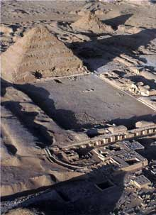 Saqqara: l'ensemble funéraire de Djoser: vue générale. Au fond, la pyramide d'Ouserkaf. (Site Egypte antique)
