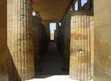 Saqqara: l'ensemble funéraire de Djoser. La colonnade d'entrée du sanctuaire. (Site Egypte antique)