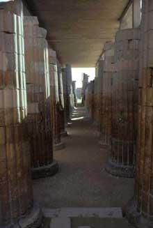 Saqqara: l'ensemble funéraire de Djoser. La petite salle hypostyle de l'entrée. (Site Egypte antique)