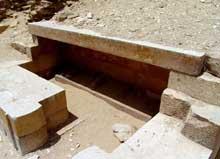 Saqqara: l'ensemble funéraire de Djoser. La cour du Heb-Sed. On remarque les vestiges des statues du pharaon. (Site Egypte antique)
