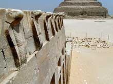 Saqqara: l'ensemble funéraire de Djoser. Le mur des Cobras. (Site Egypte antique)