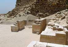 Saqqara: l'ensemble funéraire de Djoser. Le Serdab. (Site Egypte antique)