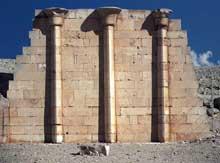 Saqqara: l'ensemble funéraire de Djoser. Colonnade de la maison du nord. (Site Egypte antique)