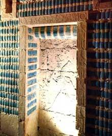 Saqqara, complexe funéraire de Djoser: stèle fausse porte  surmontée d'un simulacre de natte dans une paroi de faïence bleue. Temple Sud du complexe. (Site Egypte antique)
