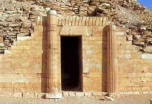 Saqqara, complexe funéraire de Djoser: maison du Sud. Niche de culte. (Site Egypte antique)