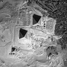Guizeh: vue par satellite du plateau avec les pyramides et leurs complexes.  (Site Egypte antique)