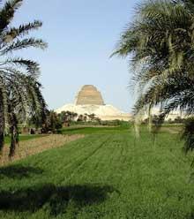 Meidoum: pyramide de Houni et Snéfrou. (Site Egypte antique)