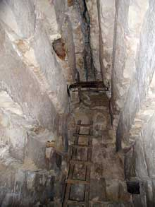 Meidoum: pyramide de Houni et Snéfrou. La chambre funéraire. C'est ici qu'est utilisée pour la première fois le système de la voûte en encorbellement. (Site Egypte antique)