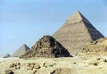 Guizeh: la pyramide de Khéphren. (Site Egypte antique)