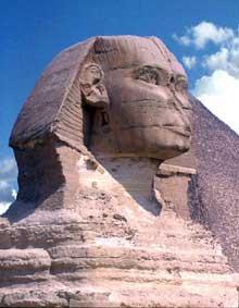 Guizeh: la pyramide de Khéphren. Le majestueux sphinx à l'effigie du roi borde le temple du bas. (Site Egypte antique)
