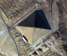 Guizeh: la grande pyramide de Khéops. On distingue les pyramides des reines, les chambres des barques et les champs de mastabas. (Site Egypte antique)