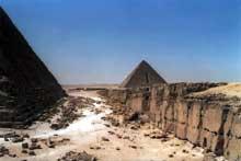 Guizeh: la pyramide de Mykérinos. (Site Egypte antique)
