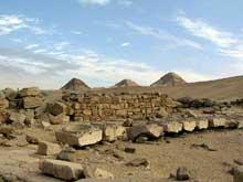 Le temple solaire de Niouserrê Ini (2416-2396) à Abou Gourob. Au fond, les trois pyramides.  (Site Egypte antique)