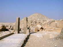 La pyramide d'Ounas à Saqqara. La rampe et le temple de la pyramide. (Site Egypte antique)