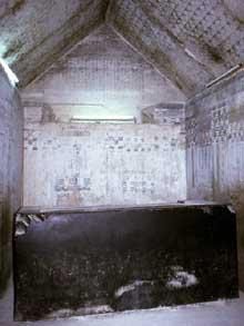 La pyramide d'Ounas à Saqqara. La chambre sépulcrale. C'est la première à avoir été décorée des fameux «textes des pyramides». (Site Egypte antique)