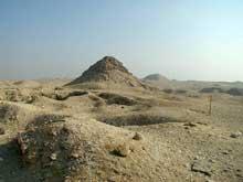 Saqqara: la pyramide d'Ouserkaf (2465-2458). Au fond, la pyramide de Téti I.  (Site Egypte antique)