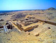 La pyramide de Pépi I Mérirê (2310-2261) à Saqqara sud: vue sur les ruines des pyramides des reines. Au fond, la pyramide de Djedkare-Isesi. (Site Egypte antique)