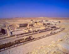 La pyramide de Pépi I Mérirê (2310-2261) à Saqqara sud: les pyramides des reines, avec au milieu celle de la reine Inenek-Inti. (Site Egypte antique)