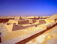La pyramide de Pépi I Mérirê (2310-2261) à Saqqara sud: la petite pyramided u culte surmonté d'un pyramidion rapporté.  (Site Egypte antique)