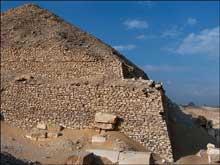 La pyramide de Pépi II Neferkarê (2247-2153) à Saqqara sud. Angle sud-est. (Site Egypte antique)