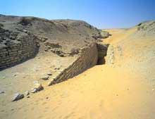 Saqqara: vestiges du complexe funéraire de Sekhemkhet (2611-2603): l'entrée de la tombe. (Site Egypte antique)