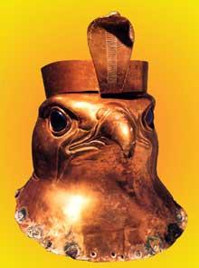 Hiéraconpolis: tête de Faucon. Feuille d'or martelée et obsidienne; 10cm. VIè dynastie. Musée du Caire. (Histoire de l'Egypte ancienne)