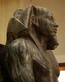 Le pharaon Khéphren trônant sous la protection du dieu Horus. IVè dynastie. Diorite. Musée du Louvre.<br>(Histoire de l'Egypte ancienne)
