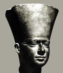 Tête d'Ouserkaf. Temple solaire d'Abousir. Vè dynastie (vers 2495). Schiste, 34,5cm. Musée du Caire.<br>(Histoire de l'Egypte ancienne)