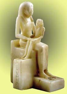 La reine Ankhnesmeryrê tenant son fils Pépi II sur ses genoux. VIè dynastie, vers 2270. Albâtre, 39,2cm. New York, Brooklyn Museum.<br>(Histoire de l'Egypte ancienne)