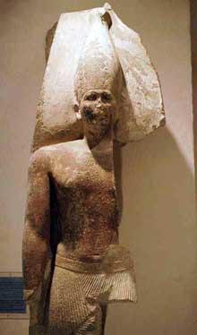 Fragment d'une statue de Snéfrou retrouvée à Dashour. Calcaire. IVè dynsatie. Musée du Caire.<br>(Histoire de l'Egypte ancienne)