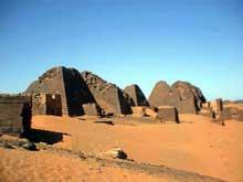 Méroé en Haute Nubie (actuellement Soudan): les pyramides. (Site Egypte antique)