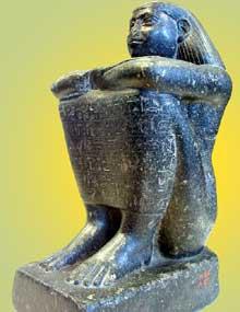 Statue cube d'Akhimenrou, intendant de la divine adoratrice d'Amon. XXVIè dynastie «saïte» Musée du Louvre. (Histoire de l'Egypte ancienne)