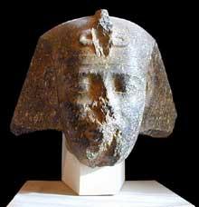 Amasis, roi de la XXVIème dynastie. Le nez symbole de la vie, a été cassé, ainsi que l'uraeus symbole de son pouvoir royal. Musée du Louvre. (Histoire de l'Egypte ancienne)
