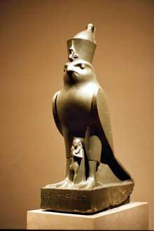 Le faucon Horus protégeant NectanéboII. XXXè dynastie. New York, Metropolitan Museum. (Histoire de l'Egypte ancienne)