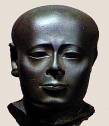Portrait d'Osor-Ouêr, prophète de Montou. Schiste. Fin de l'époque perse, XXXè dynastie, IVè avant J.C. New York, Brooklyn Museum. (Histoire de l'Egypte ancienne)