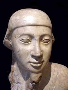 Tête de prêtre. XXVIIè dynastie, domination Perse. (Histoire de l'Egypte ancienne)