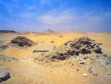 La pyramide de Quakarê Ibi, le pharaon le plus connu de la VIIIè dynastie. Au centre, plaque recouvrant l'entrée, au fond la pyramide de Pépi II et le mastaba de Shepseskaf. (Site Egypte antique)