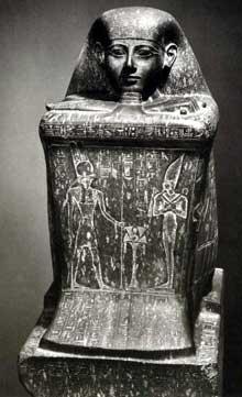 Statue-cube de Hor, secrétaire du roi PétoubastisIer, XXIIIe dynastie. Karnak, favissa de la cour de la cachette. Le Caire, Musée égyptien (Histoire de l'Egypte ancienne)
