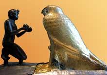 Le pharaon Taharqa présente des vases de vin au dieu Hémen. XXVè dynastie des «rois Kouchites» (690-665). Bronze, Bois, Grauwacke, Argent, Feuille d'or. Musée du Louvre. (Histoire de l'Egypte ancienne)