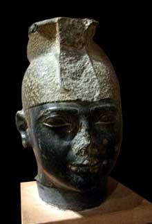 Tête de Taharqa, XXVème dynastie (690 à 665 avant J. C.). Musée d'Assouan. (Histoire de l'Egypte ancienne)