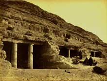 Beni Hassan: les hypogées. Au premierv plan, la tombe d'Améni-Amennemhat. (Site Egypte antique)