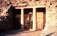 Beni Hassan: façade protodorique d'un hypogée. (Site Egypte antique)
