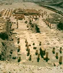 Deir el-Bahari: temple funéraire du Pharaon Nebhepet Rê - Mentouhotep II, le grand pharaon de la XIè dynastie, mort vers 2010. (Site Egypte antique)
