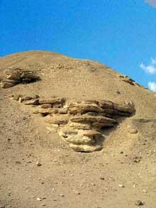 Pyramide du pharaon Amenemhet I à Lisht: Partie visible de la structure centrale de calcaire. (Site Egypte antique)