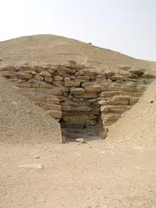 Pyramide du pharaon Amenemhet I à Lisht: l'entrée de l'édifice se trouve sur le coté nord. L'édifice fut exploré par Maspéro en 1882. (Site Egypte antique)