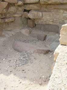 Pyramide du pharaon Amenemhet I à Lisht : lorsque Maspero entre dans la pyramide, il trouve un corridor menant à une chambre ainsi qu'un puits vertical menant à la chambre funéraire. Mais il était noyé par la nappe phréatique. La chambre funéraire n'a jamais été explorée. (Site Egypte antique)