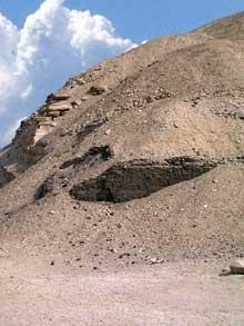 Pyramide du pharaon Amenemhet I à Lisht: Brique crue. (Site Egypte antique)