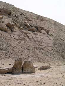 La pyramide de Sésostris I (1934-1898) à Lisht.. Blocs de Pierre d'origine visibles sur la face ouest de la pyramide. (Site Egypte antique)